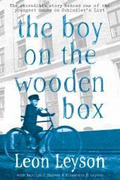 الصبي على الصندوق الخشبي