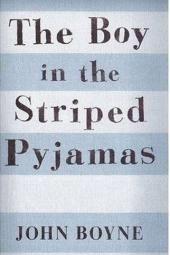 Poiss triibulises pidžaamas